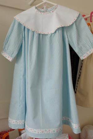 Randig klänning med stor vit krage