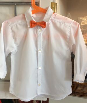 Vit skjorta med orange fluga
