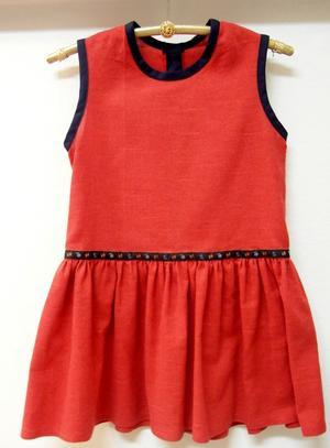 Röd klänning med blått dekorband