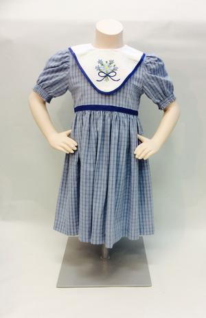 Blårutig madickenklänning